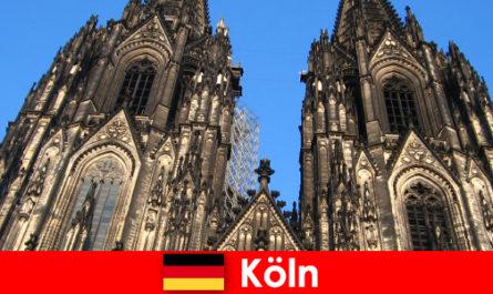 Deutsche Familienurlauber mit Kindern reisen gerne in die Stadt Köln