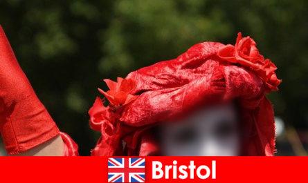 Rucksacktouristen verdienen Ihr Lebensunterhalt als Straßenkünstler in Bristol
