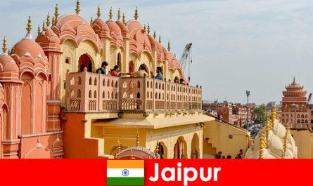 Eindrucksvolle Paläste und die neueste Mode finden Touristen in Jaipur von Indien