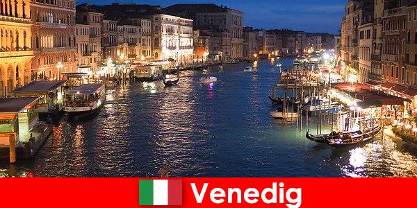 Venedig eine Stadt mit Gondeln und seinen zahlreichen Kunstschätzen