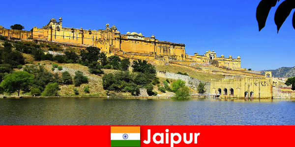 Fremde in Jaipur lieben die mächtigen Tempelbauten
