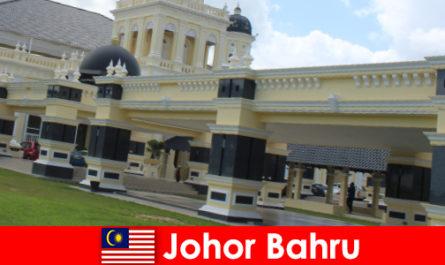 Johor Bahru die Stadt am Hafen lockt nicht nur Gläubige in die alte Moschee sondern auch Touristen