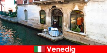 Pures Reiseerlebnis für Einkaufstouristen in der Altstadt von Venedig in Italien