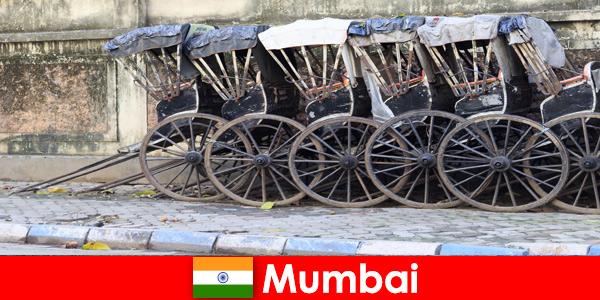 印度孟买为游客提供人力车穿过满街