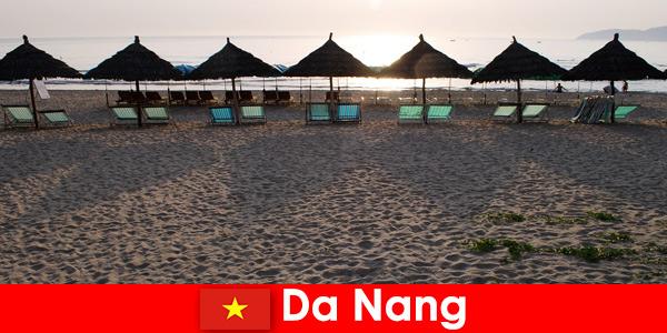 दा नांग वियतनाम में छुट्टियों के लिए सुंदर रेतीले समुद्र तटों पर लक्जरी रिसॉर्ट्स