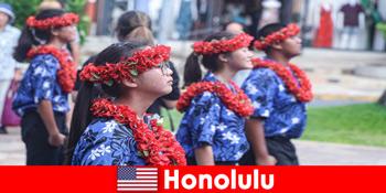 Fremde Gäste lieben den Kulturaustausch mit den heimischen Bewohner in Honolulu Vereinigten Staaten