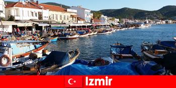 Aktive Reiselustige pendeln zwischen Stadt und Strand in Izmir Türkei