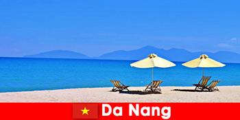 Pauschaltouristen erholen sich an den azurblauen Stränden in Da Nang Vietnam