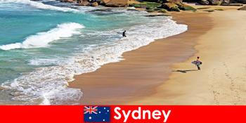 Surftouristen genießen in Sydney Australien den ultimativen Kick