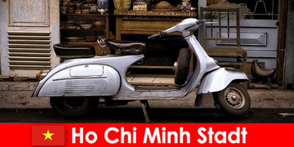 胡志明市越南提供度假者轻便摩托车游览热闹的街道