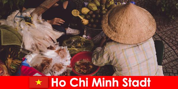 विदेशियों हो ची मिंह सिटी वियतनाम में खाद्य स्टालों की विविधता की कोशिश