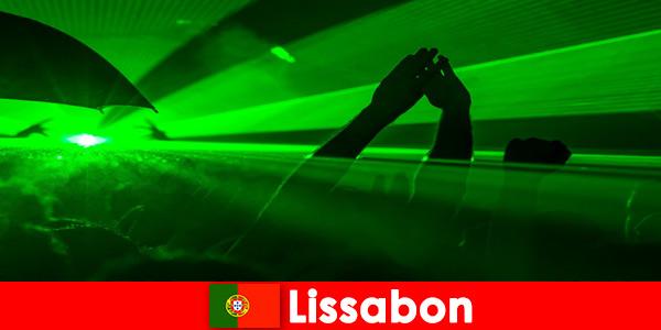 लिस्बन पुर्तगाल में युवा पार्टी पर्यटकों के लिए समुद्र तट पर लोकप्रिय डिस्को शाम