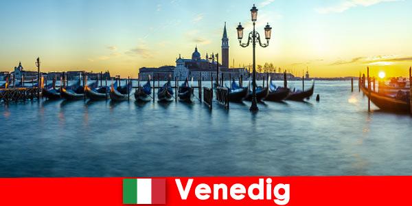 浪漫蜜月夫妇到漂浮的城市威尼斯意大利