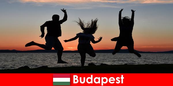 Βουδαπέστη Ουγγαρία για νέους τουρίστες κόμμα με μουσική και φθηνά ποτά σε μπαρ και κλαμπ