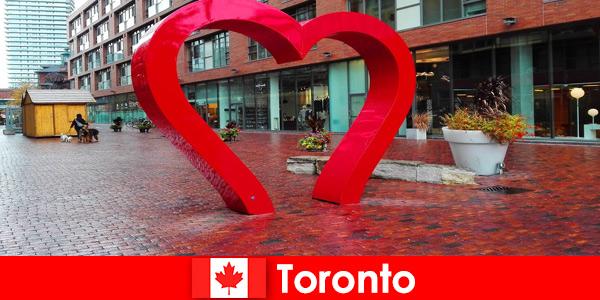 加拿大多伦多作为一个丰富多彩的城市体验外国客人作为一个多元文化的大都市