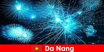 Da Nang Vietnam Touristen erleben atemberaubende Feuerhows beim Dinner