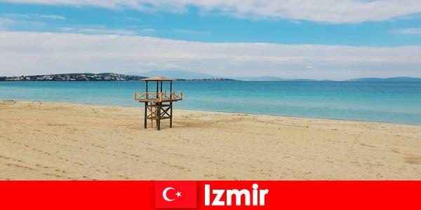 Οι χαλαρωτικοί παραθεριστές μαγεύονται από τις παραλίες στη Σμύρνη της Τουρκίας