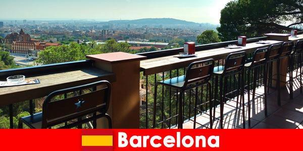 Tiszta nagyvárosi hangulat a barcelonai látogatók számára Spanyolország bárokkal, éttermekkel és művészeti színtérrel
