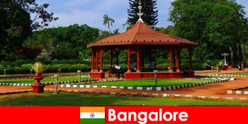 Touristen aus dem Ausland erwartet herrliche Bootsausflüge und tolle Gärten in Bangalore Indien