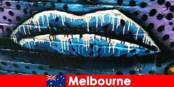 Reisende bewundern die weltweit bekannte Straßenkünste von Melbourne Australien