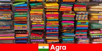 Reisegruppen aus dem Ausland kaufen in Agra Indien günstige Seidenstoffe ein
