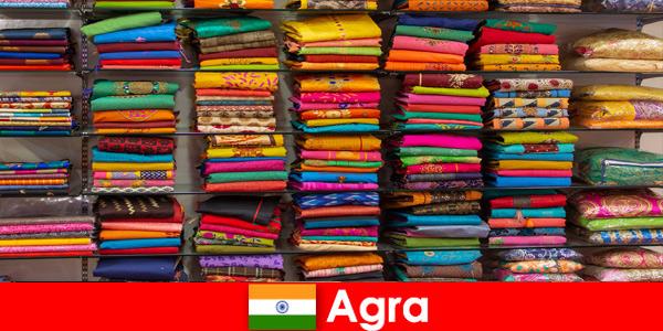 아그라 인도에서 저렴한 실크 패브릭을 구입하는 해외 투어 그룹