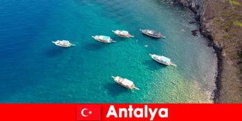 Touristen nutzen die letzte Sonnenzeit für ein Urlaub in Antalya Türkei